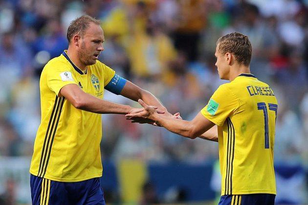 Švédský kapitán Andreas Granqvist oslavuje svoji trefu z penalty v duelu s Koreou s Viktorem Claessonem.