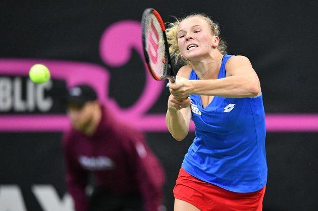 Kateřina Siniaková v zápase proti Alison Riskeové ve finále Fed Cupu.