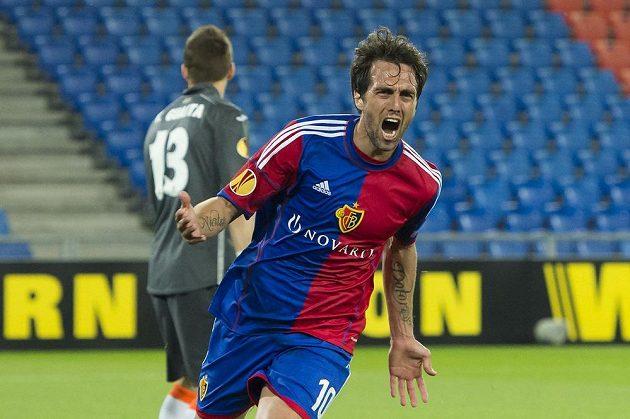 Záložník švýcarské Basileje Matías Delgado se raduje ze vstřelení gólu proti Valencii.