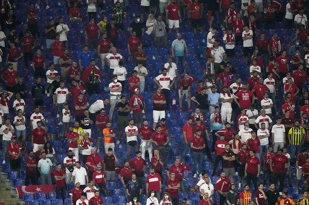 Turečtí fanoušci v hledišti.