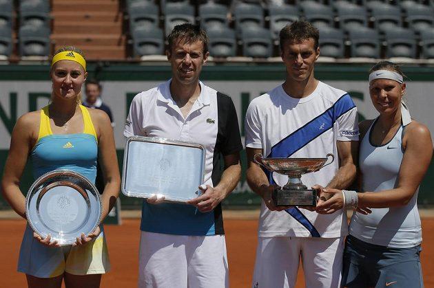 Lucie Hradecká (vpravo) a František Čermák (druhý zprava) pózují po vítězství ve finále French Open vedle poraženého páru Daniel Nestor, Kristina Mladenovicová.