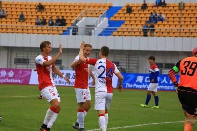 Slávistický útočník Muris Mešanovič (třetí zleva) slaví se spoluhráči gól v přípravném utkání proti týmu Chaj-nan Po-jing.