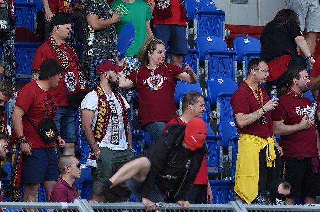 Fanoušci Sparty vylamovali sedačky a házeli je na ochranku a policisty.