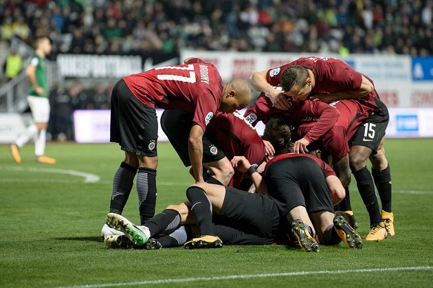 Fotbalisté Sparty Praha oslavijí třetí gól během utkání 11.kola HET ligy v Jablonci.