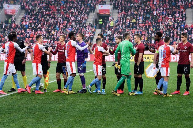Fotbalisté Slavie a Sparty se zdraví během utkání 24. kola Fortuna ligy.