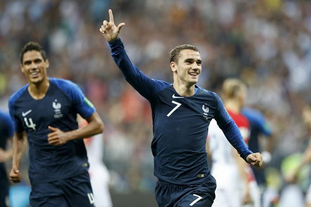 Antoine Griezmann oslavuje svůj gól z penalty.