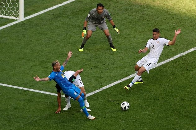 Kostaričan Giancarlo Gonzalez při zákroku na Neymara, který byl nejprve posouzený jako penaltový. Ale sudí po revizi u videa verdikt zrušil.