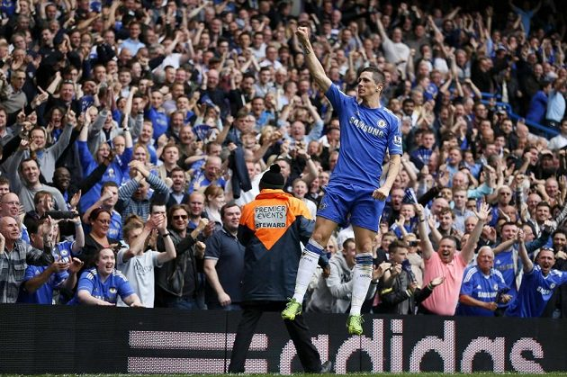 Fernando Torres z Chelsea slaví s fanoušky gól proti Evertonu.