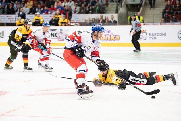 Ondřej Beránek z Česka a Dominik Bittner z Německa během utkání Euro Hockey Challenge.