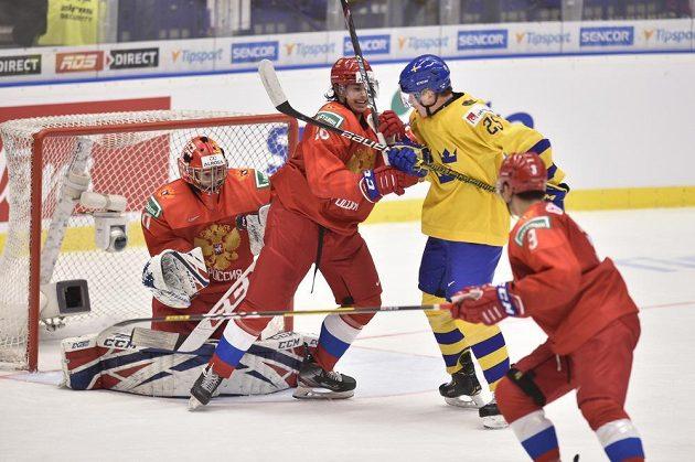 Linus Öberg ze Švédska před ruskou brankou.
