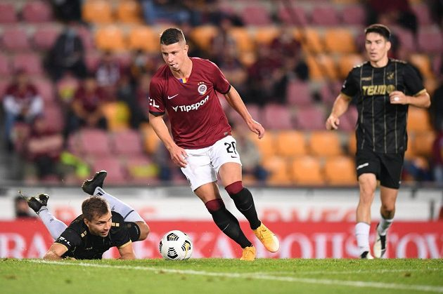 Fotbalista Sparty Adam Hložek během ligového utkání s Jabloncem.
