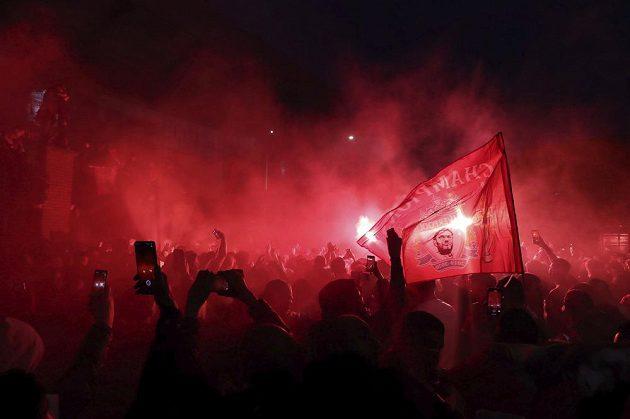 Slavící fanoušci Liverpoolu před Anfieldem.