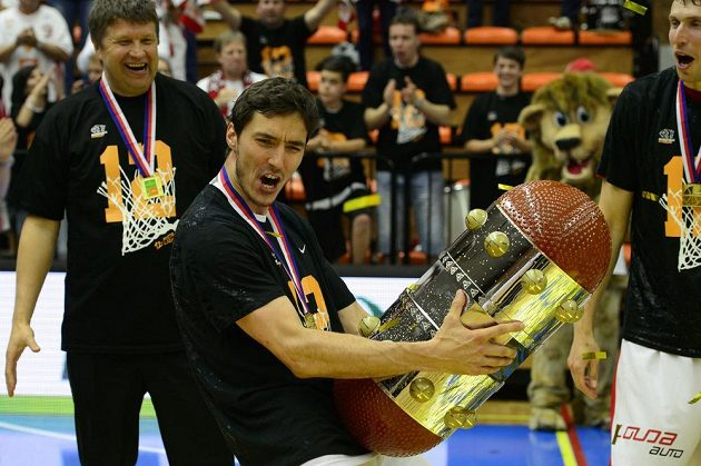 Jiří Welsch z Nymburku s novou trofejí pro vítěze basketbalové ligy.