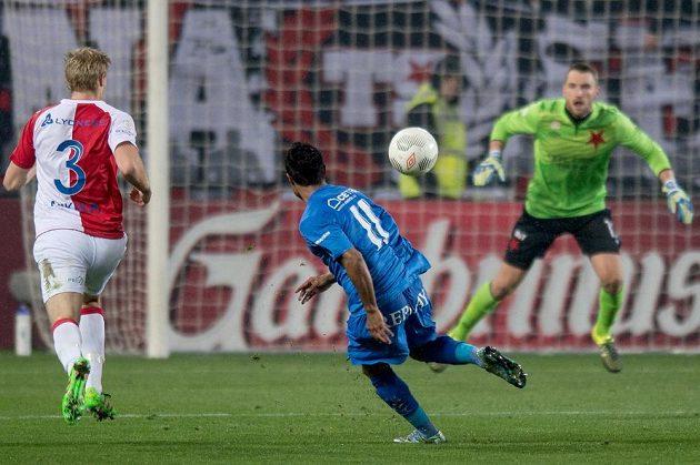 Carlos Azevedo z Baníku střílí gól na hřišti Slavie.