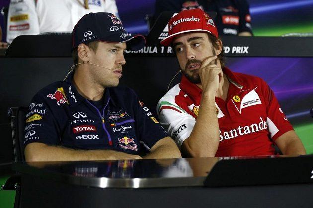 Zachmuřené tváře Fernanda Alonsa (vpravo) a Sebastiana Vettela při tiskové konferenci v Soči.