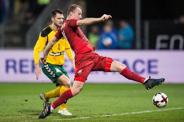Český útočník Michael Krmenčík střílí gól na 3:0 v duelu proti Litvě.