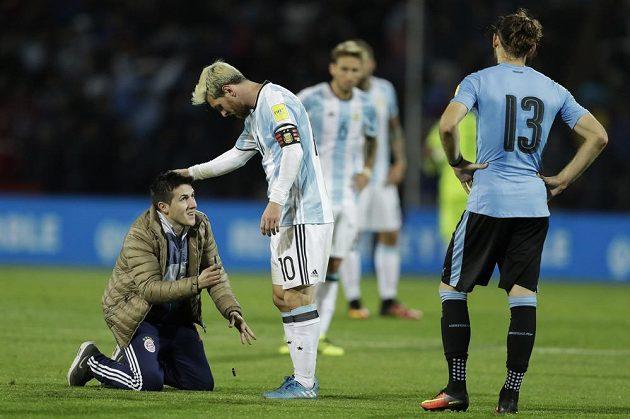 Autogram, prosím. Lionel Messi (10) a další aktéři kvalifikačního utkání Argetina - Uruguay zažili nezvyklý moment. Vpravo Gaston Silva.