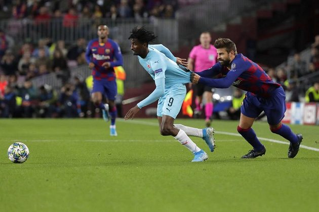 Za dres chytal zadák Barcelony Gerard Piqué unikajícího slávistu Petera Olayinku a vysloužil si žlutou kartu.