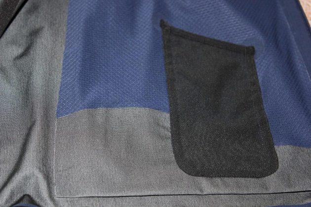 Běžecká bunda Nike HyperShield Flash: Malá vnitřní kapsička na přehrávač MP3.