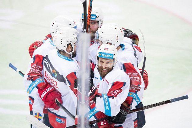 Marek Hovorka z Pardubic oslavuje se spoluhráči gól na 2:1 během utkání Tipsport extraligy na ledě Sparty.