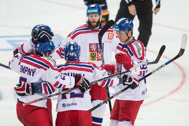 Hokejisté české reprezentace Tomáš Vincour (uprostřed), Lukáš Radil, Petr Koukal a Michal Kempný se radují z gólu.