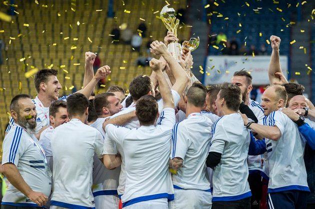 Trofej za vítězství ve finále MOL Cupu se fotbalistům Mladé Boleslaví rozpadla pod rukama.