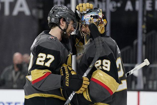 Radost hokejistů Vegas Golden Knights. Brankář Marc-Andre Fleury (29) a obránce Shea Theodore (27) slaví po vítězství v úvodním semifinále NHL nad Montrealem.