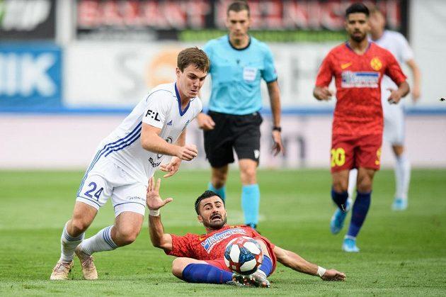 Pavel Bucha a Valentin Cretu z FCSB v souboji o míč