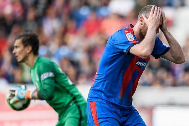 Plzeňský útočník Michael Krmenčík zahodil v závěru utkání se Slováckem obrovskou šanci, jeho gesto mluví jasně, to je obrovské zklamání pro všechny Západočechy.