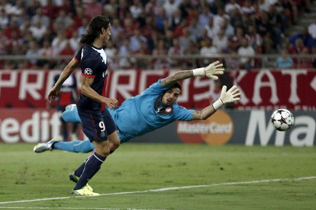 Edinson Cavani z PSG překonává brankáře Roberta z Olympiakosu Pireus.