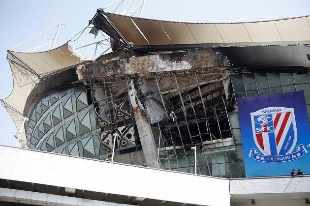 Fotbalový stadión v Šanghaji zachvátil požár, ale klubový znak zůstal neporušený.