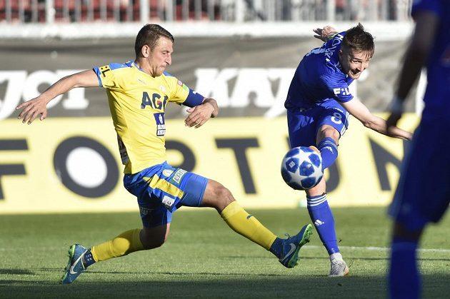 David Houska z Olomouce dává gól, vlevo je Jan Krob z Teplic.