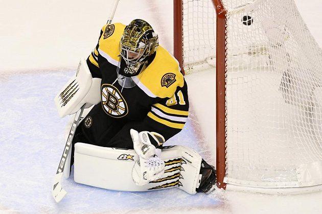 Brankářská jednička Bostonu Bruins Jaroslav Halák (41) inkasuje gól od Ondřeje Paláta z Tampy Bay Lightning.
