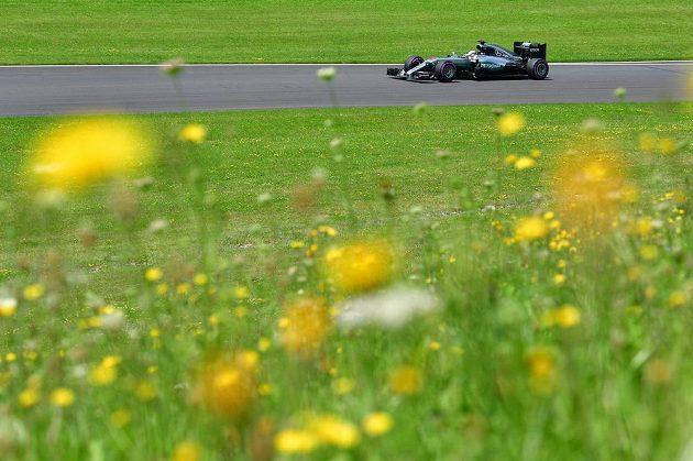 Pilot Mercedesu Lewis Hamilton během kvalifikace na Velkou cenu Rakouska.