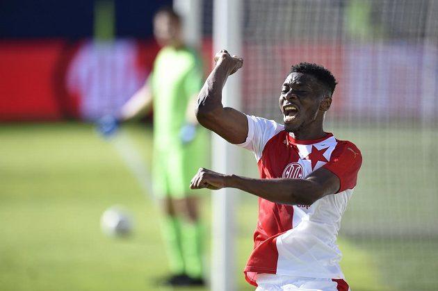 Ibrahim Benjamin Traoré ze Slavie slaví gól.