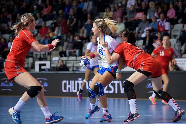 Česká házenkářka Kateřina Kečlíková (vpravo) a Bianca Del Balzová během kvalifikace ME 2016.