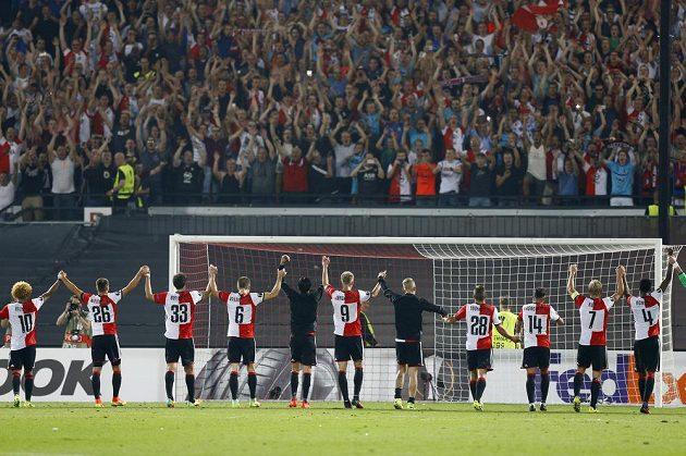 Fotbalisté Feyenoordu Rotterdam slaví s fanoušky vítězství nad Manchesterem United.