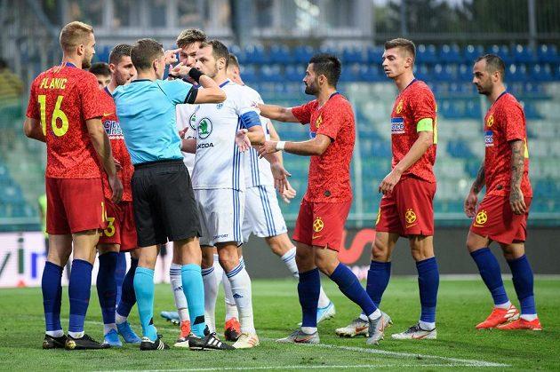Marek Matějovský a rozhodčí Jonathan Lardot během utkání 3. předkola Evropské ligy, Mladá Boleslav - FCSB