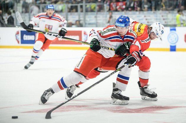 Český útočník Jakub Orsava a Claude Paschoud ze Švýcarska během utkání Euro Hockey Challenge v Příbrami.
