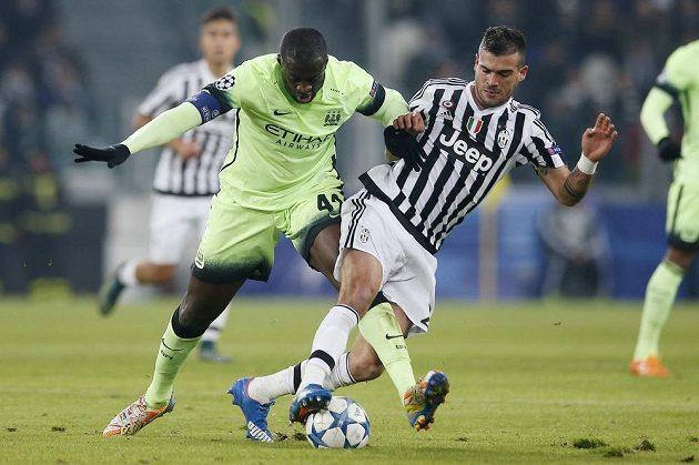 Yaya Touré (vlevo) z Manchesteru City v souboji se Stefanem Sturarem z Juventusu.