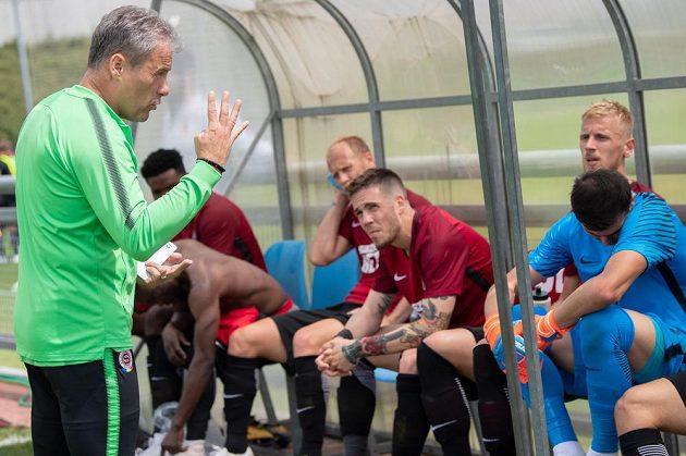 Trenér fotbalové Sparty Pavel Hapal dává rady hráčům z lavičky během přípravného utkání.