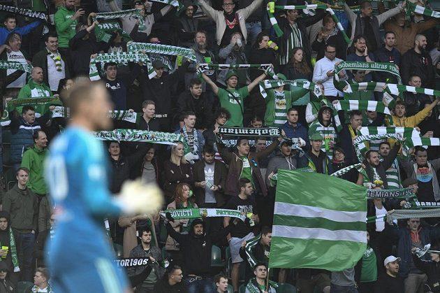 Fanoušci Bohemians oslavují postup do semifinále fotbalového MOL Cupu.