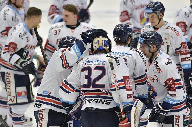 Vítkovičtí hokejisté se radují z vítězství nad Spartou v utkání předkola play off.