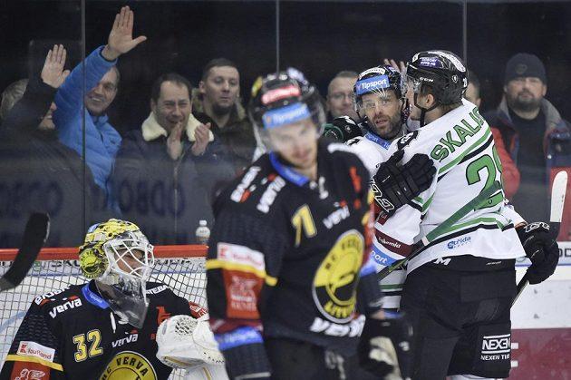 Hokejista Jakub Klepiš (druhý zprava) se raduje z třetího gólu Mladé Boleslavi.