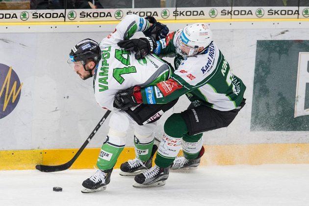 Mladoboleslavský útočník Petr Vampola (vlevo) a Denis Kindl z Karlových Varů během 21. kola hokejové Tipsport extraligy.
