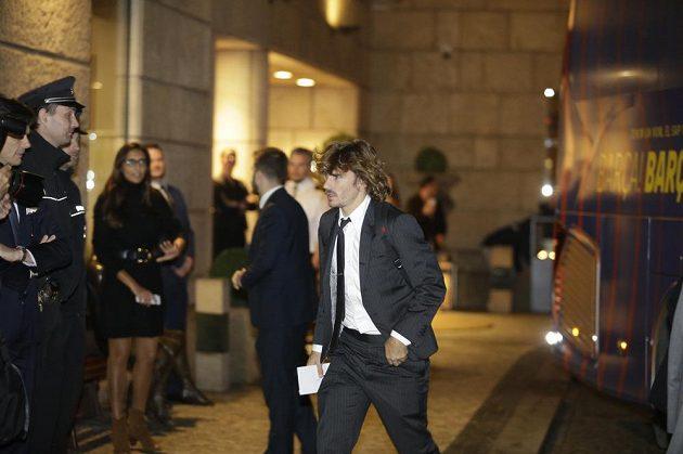 Antoine Griezmann z Barcelony míří do hotelu v Praze před zápasem Ligy mistrů se Slavií.