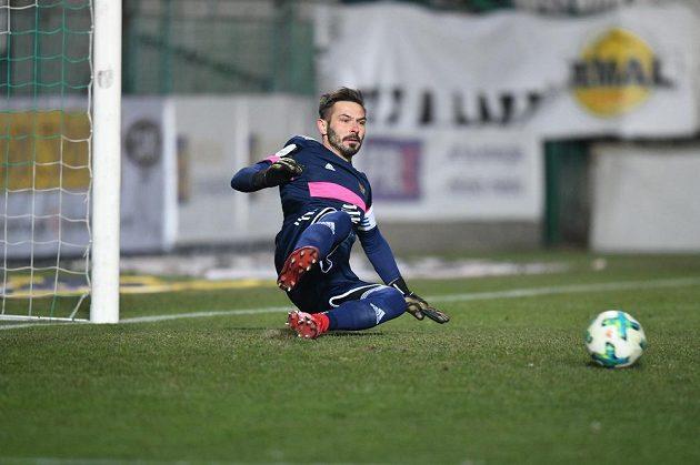 Brankář Dukly Filip Rada inkasuje gól z penalty v derby s Bohemians 1905.