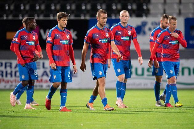 Fotbalisté Plzně (zleva): Ubong Ekpai, Aleš Čermák, Luděk Pernica, Michael Krmenčík, Radim Řezník a David Limberský po utkání v Jablonci.