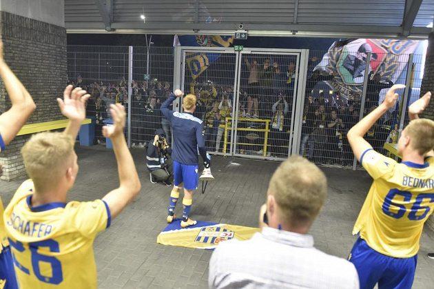 Hráči Dunajské Stredy děkují fanouškům po vyřazení Jablonce ve 2. předkole Evropské ligy.