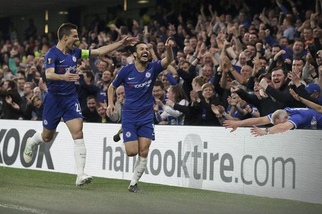 Hodně radosti si užili fotbalisté Chelsea během prvního poločasu utkání Evropské ligy se Slavií. Pedro slaví gól s Cesarem Azpilicuetou.
